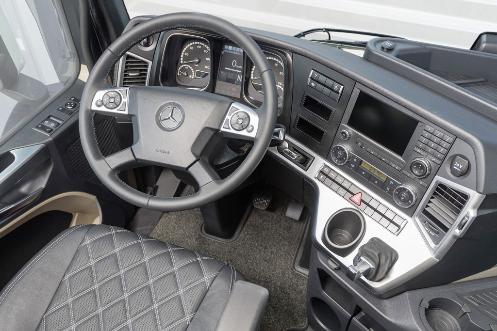 Mercedes-Benz; Actros 1863 LS; 4x2; Sondermodell 20 Jahre Actros; OM 473 Euro VI mit 460 kW (625 PS); 15,6 L Hubraum; 2,5m GigaSpace-Fahrerhaus; Lackierung: diamantweiß metallic Mercedes-Benz; Actros 1863 LS; 4x2; Special Model 20 Years Actros; OM 473 Euro VI rated at 460 kW/625 hp; displacement 15.6 l; 2.5 m GigaSpace cabin; paintwork: diamond white metallic