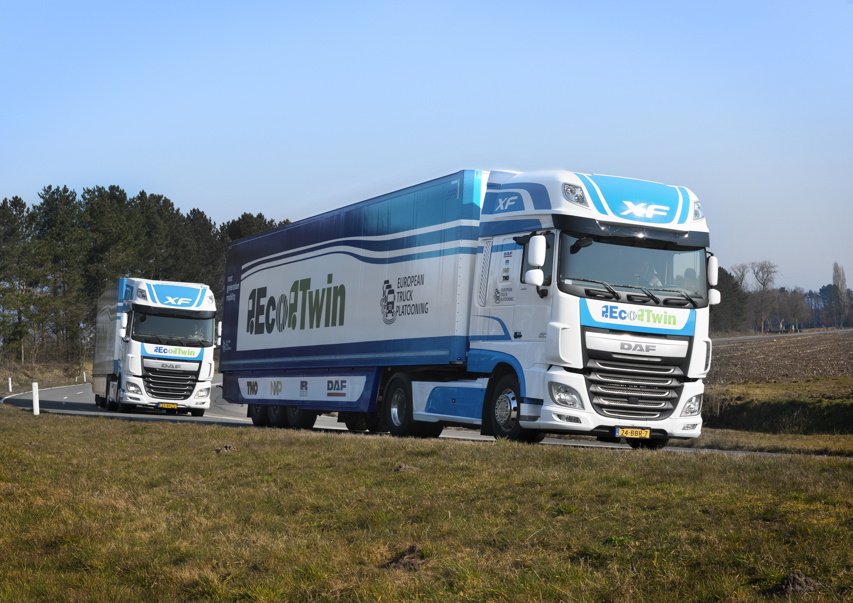 DAF-EcoTwin-participating-in-the-European-Truck-Platooning-Challenge-20160322-02